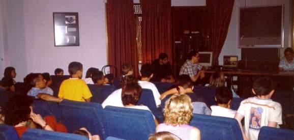 Los alumnos de los cursos de enriquecimiento participando en una videoconferencia con grupo de chicos sobredotados de Bogotá (Colombia).